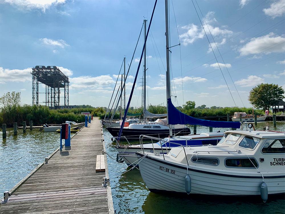 Kleiner Hafen an der Hubbrücke Karnin